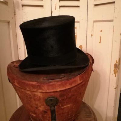 W009f- antieke hoedendoos met hoge hoed
