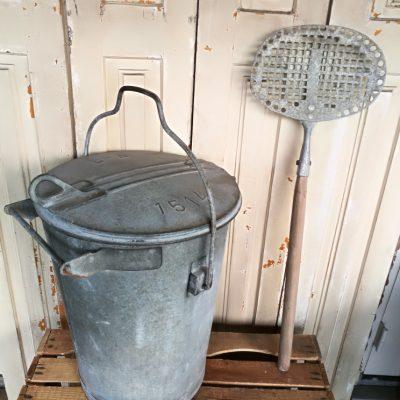 T024H- oude zinken originele vuilnisemmer