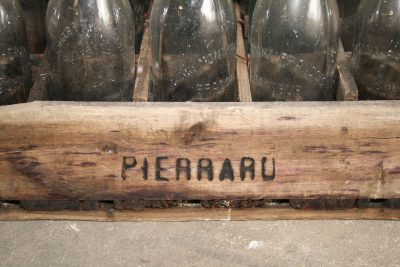 W003D-Frans houten kistje, wijn of bierkrat met 15 beugelflessen