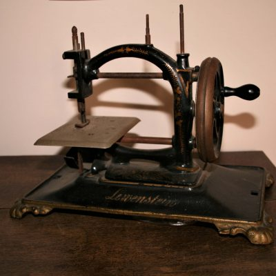 W077- antieke handnaaimachine Lewenstein
