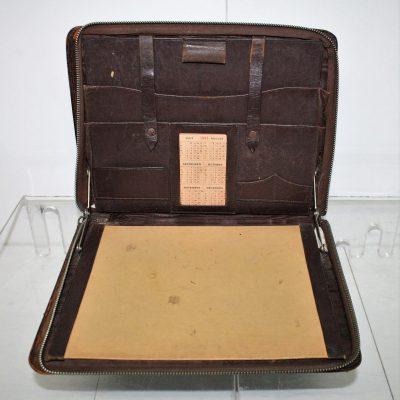 W256- oude lederen reisetui met vloeiblad
