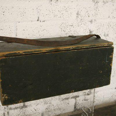 W089 - oude kist met hengsel