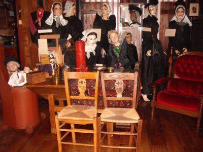 R019- Uiltjes stoeltjes antiek, Zoals beloofd heeft ze me een foto gestuurd van onze antieke uiltjes stoeltjes. Deze staan nu in een privé-oudheidskamer t'Hoeske van opoe Iet in Delfzijl.